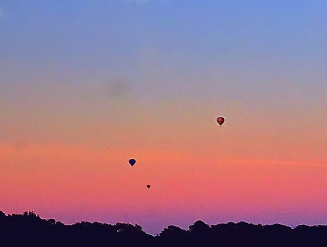 Hot Air Balloons and dreamy skies over York. Took this on an @lner train heading back up north from London the other night 🎈 🎈 🎈#hotairballoon #festival #virginexperiencedays #hotairballoons #sky #skyporn #lner #eastcoast #virgin #firstclass #train #pretty #sunset #love #happy #silhouette #pink #travel #travelling #traveller #london #york #uk #britain